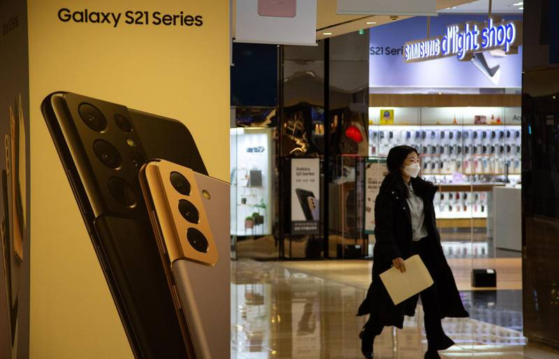 epa08970223 A woman visits at the Samsung Electronics headquarters shop in Seoul, South Korea, 28 January 2021. The Company posted 61.55 trillion KRW (around 55.3 billion US dollar) in consolidated revenue and 9.05 trillion KRW (around 8.1 billion US dollar) in operating profit in the quarter that ended 31 December 2020.  EPA/JEON HEON-KYUN
