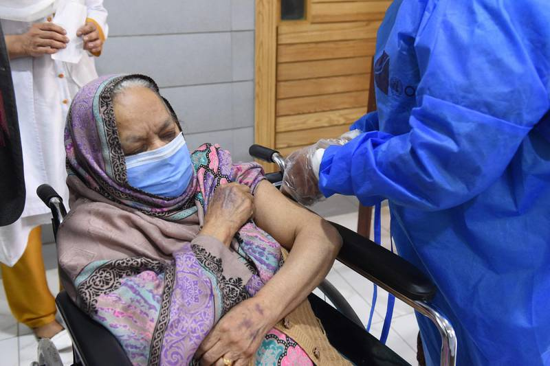 A senior citizen receives a dose of the Chinese-made Sinopharm vaccine against the Covid-19 coronavirus, at a vaccination centre in Quetta on April 6, 2021.  / AFP / Banaras KHAN