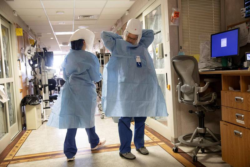 Nurse Kate Knepprath dons PPE as she prepares to enter the room of a coronavirus disease (COVID-19) patient being treated at UW Health University Hospital in Madison, Wisconsin, U.S. November 18, 2020.  REUTERS/Daniel Acker