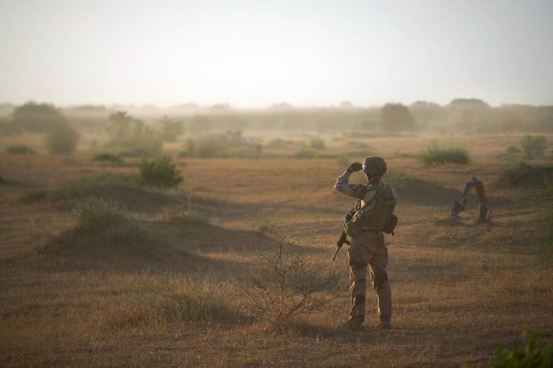 A soldier from the French Army monitors a rural area during the Bourgou IV operation in northern Burkina Faso, along the border with Mali and Niger, on November 10, 2019. - This is the first time that the French Army, the national armies and the multinational force of the G5 Sahel (Mali, Burkina Faso, Niger, Mauritania and Chad) have officially worked together in the field. The mission of the 1,400 soldiers of this Bourgou IV operation (including 600 of the 4,500 French soldiers of the Barkhane force): to restore authority in a remote area where no army has set foot in more than a year, leaving the field open to jihadists. (Photo by MICHELE CATTANI / AFP)