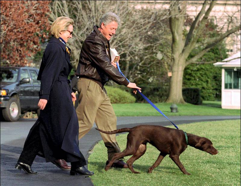 NO FILM, NO VIDEO, NO TV, NO DOCUMENTARY - © Chuck Kennedy/KRT/ABACA. 31407-1. Washington-DC-USA, 03/1998. President and Mrs. Clinton walk their dog Buddy across the south lawnof the White House to board Helicopter Marine One in March 1998. Buddy was killed by a car near the former president's homNo Use France rights only 1998.