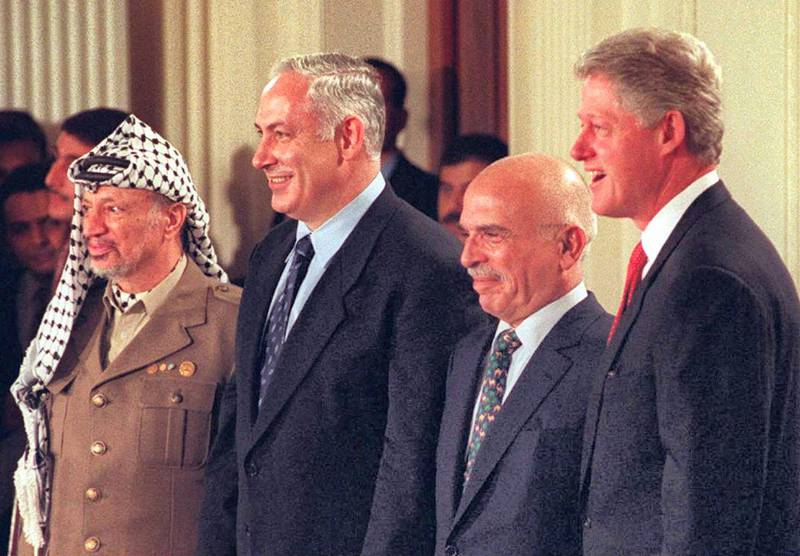 US President Bill Clinton (R) stands with Palestinian President Yasser Arafat (L), Israeli Prime Minister Benjamin Netanyahu (2nd-L), and King Hussein of Jordan (2nd-R) after a press conference 02 October at the White House in Washington, DC. Clinton told reporters that Netanyahu and Arafat have agreed to resume peace talks immediately with priority negotiations on an Israeli pullback from the West Bank city of Hebron.    AFP PHOTO Joyce NALTCHAYAN (Photo by JOYCE NALTCHAYAN / AFP)