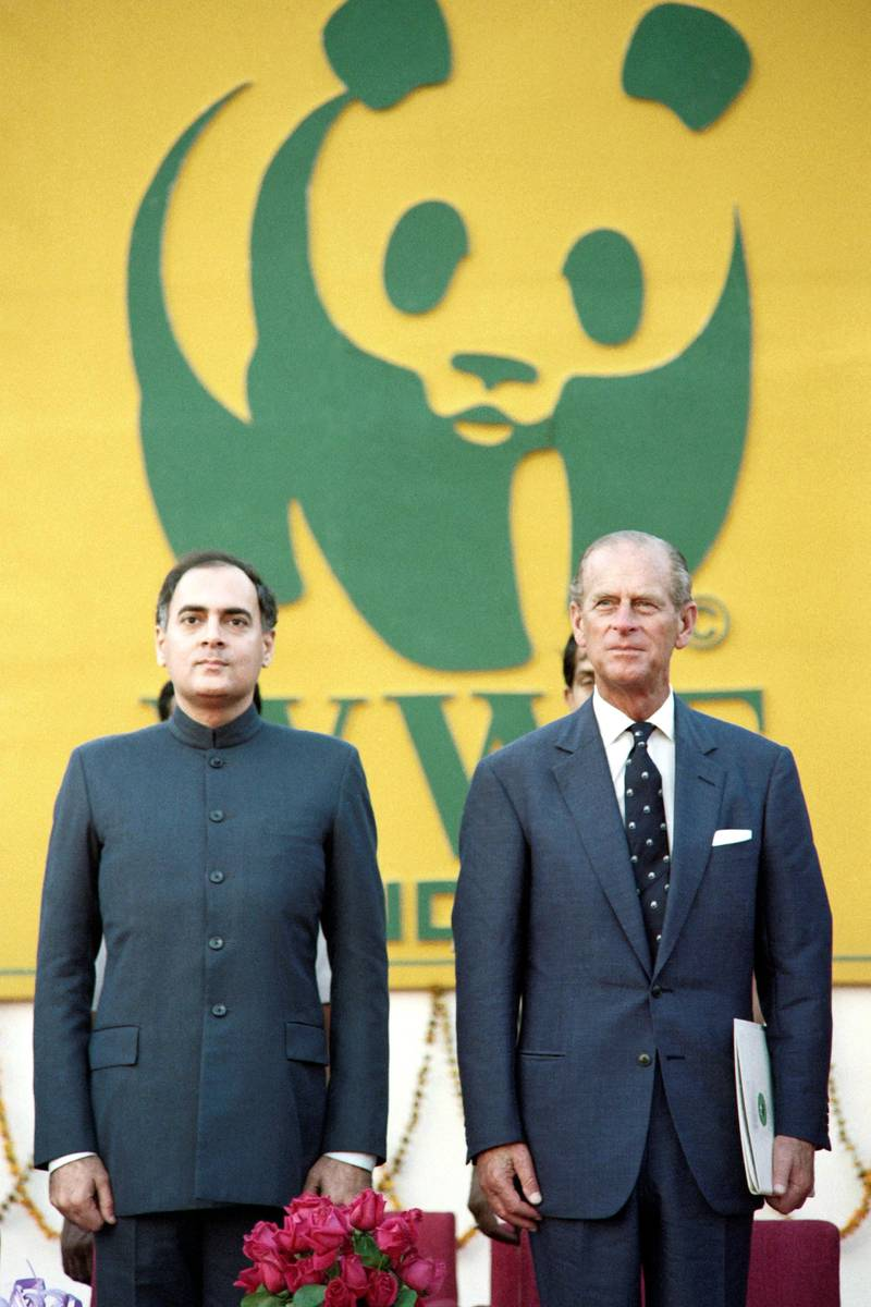 Prime Minister Rajiv Gandhi (L) greets the Duke of Edinburgh, Prince Philip, on November 2, 1989 in New Dehli. Gandhi, who is about to launch his campaign in the country's upcoming parliamentary elections, inaugurated an exhibition on the world's environment, in which Prince Philip was chief guest, as President of the WWF.  AFP PHOTO DOUGLAS E. CURRAN (Photo by DOUGLAS E. CURRAN / AFP)
