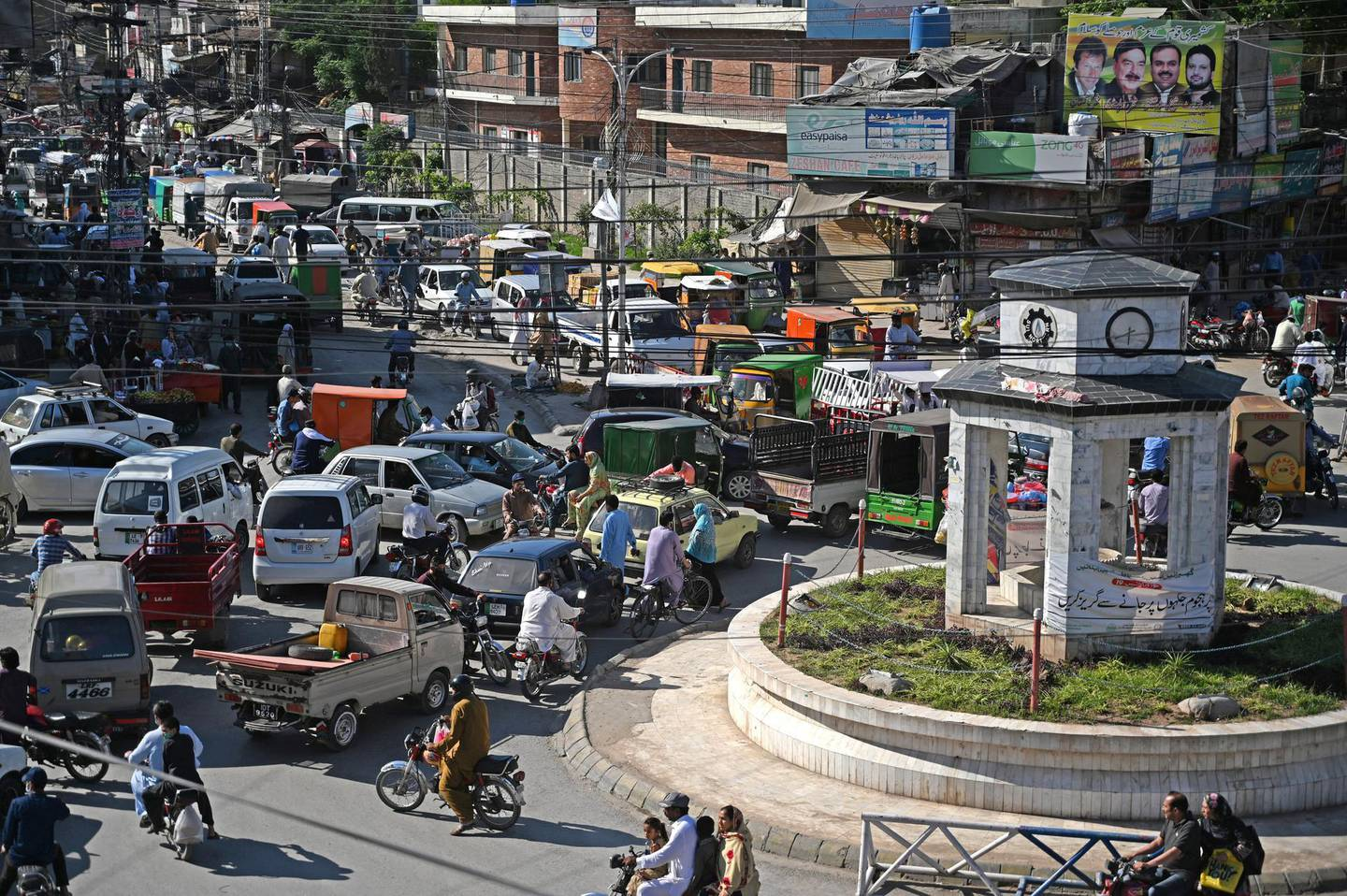 A general view of the crowded Raja Bazar is seen during a government-imposed nationwide lockdown as a preventive measure against the spread of the COVID-19 coronavirus, in Rawalpindi on May 5, 2020. (Photo by Aamir QURESHI / AFP)