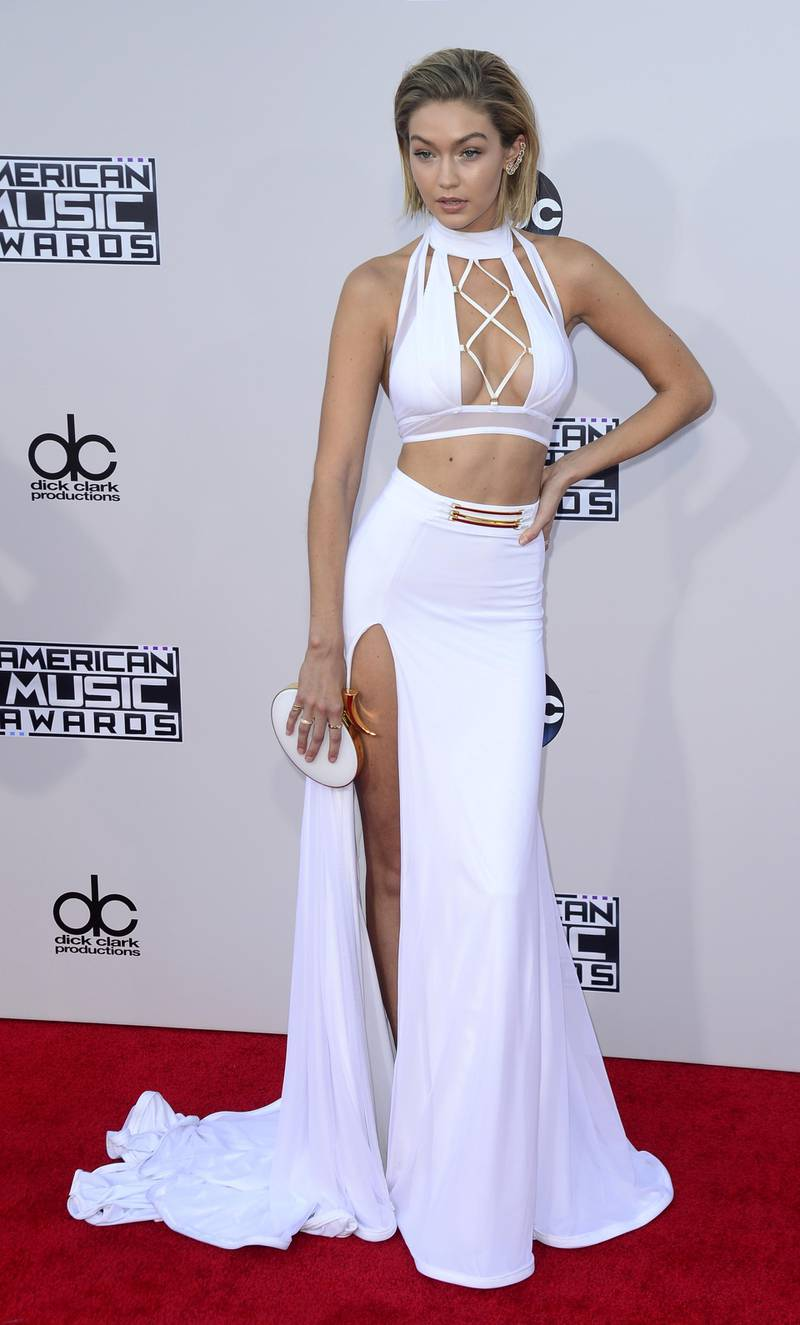 epa05037987 US model Gigi Hadid arrives for the 2015 American Music Awards at the Microsoft Theater in Los Angeles, California, USA, 22 November 2015.  EPA/MIKE NELSON