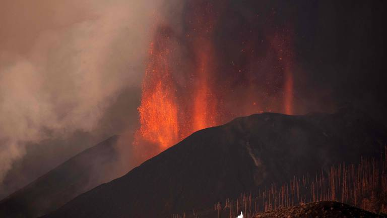An image that illustrates this article La Palma's airport reopens, but no flights as volcano eruption goes on