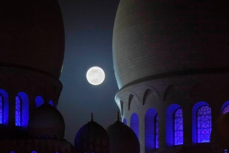ABU DHABI, UNITED ARAB EMIRATES,  JUNE 23, 2013. The super moon rises over the Sheikh Zayed Mosque in Abu Dhabi. Image is an HDR. (ANTONIE ROBERTSON / The National) *** Local Caption ***  AR_2306_Super_Moon-5.jpg