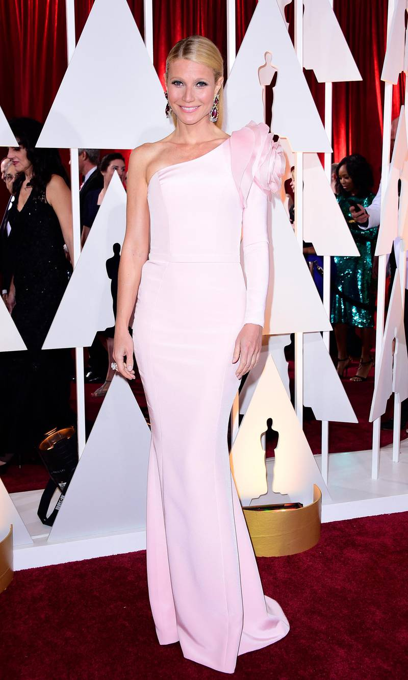 epa04633090 Gwyneth Paltrow arrives for the 87th annual Academy Awards ceremony at the Dolby Theatre in Hollywood, California, USA, 22 February 2015. The Oscars are presented for outstanding individual or collective efforts in 24 categories in filmmaking.  EPA/PAUL BUCK