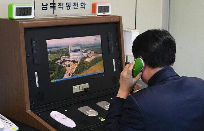 epa06414156 A South Korean official checks out a cross-border hotline with a North Korea at the liaison office in the Joint Security Area, a small strip of land at the truce village of Panmunjom, South Korea, 03 January 2018. North Korea said the same day that it will reopen the suspended inter-Korean communication line at the shared border village of Panmunjom at 3:00 p.m. (Pyongyang time).  EPA/YONHAP SOUTH KOREA OUT