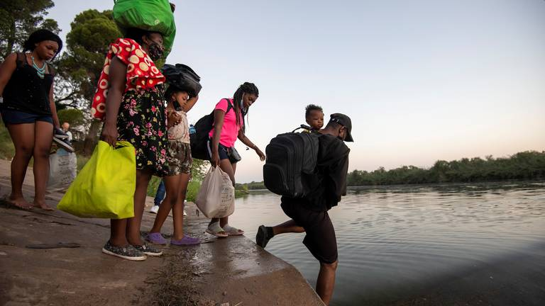 An image that illustrates this article Biden faces political storm over 10,000 migrants stranded in Texas