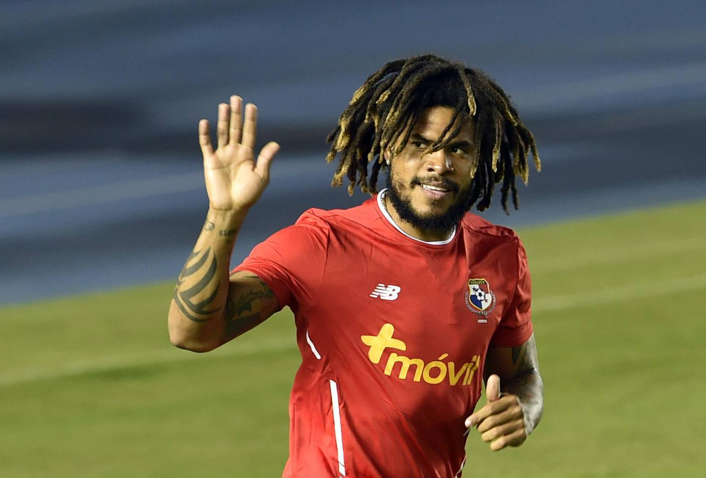 Panama's footballer Roman Torres waves to supporters during a training session of the national football team ahead of the FIFA 2018 World Cup, at the Rommel Fernandez Stadium on May 25, 2018 in Panama City. / AFP / RODRIGO ARANGUA