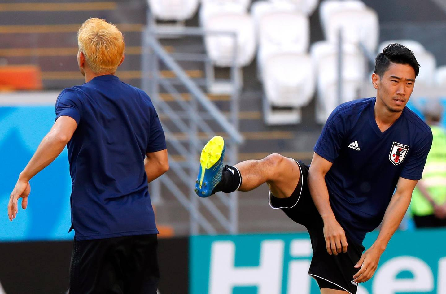 epa06818826 Japan national soccer team's midfielder Shinji Kagawa (R) attends his team training session at Mordovia Arena in Saransk, Russia, 18 June 2018. Japan will face Colombia in the FIFA World Cup 2018 group H preliminary round soccer match at Mordovia Arena in Saransk, Russia on 19 June 2018.  EPA/RUNGROJ YONGRIT   EDITORIAL USE ONLY