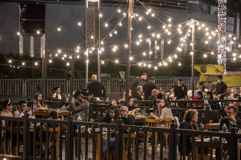 DUBAI UNITED ARAB EMIRATES. 31. DECEMBER 2020. People enjoying dinner (where masks are not required at their tables) and the festive energy in Downtown Dubaia round the Dubai Fountain ahead of the New Years Eve 2021 light show. (Photo: Antonie Robertson/The National) Journalist: None. Section: National.