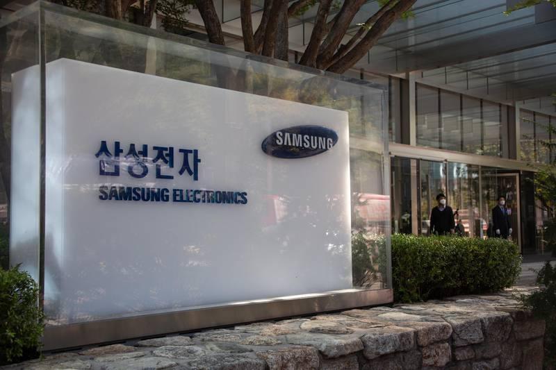 epa08728344 South Koreans walk next the Samsung Electronics headquarters in Seoul, South Korea, 08 October 2020. Samsung Electronics Co., announced on 08 Ocotober, its third-quarter operating profit at approximately 12.3 trillion won (around 10.6 billion US dollar) for the July-September period.  EPA/JEON HEON-KYUN