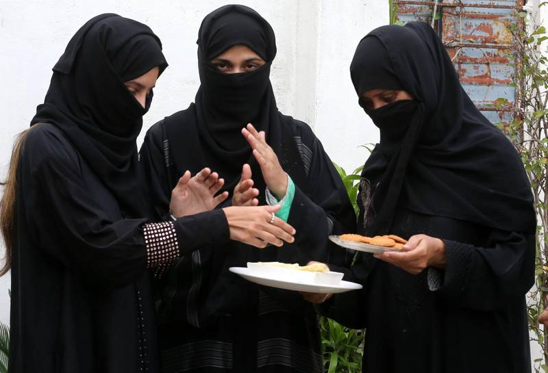 epa06156191 Indian Muslim women offer sweets to each other as they celebrate Supreme Court's decision to ban the instant divorce practice, in Bhopal, India, 22 August 2017. India's Supreme Court on 22 August declared unconstitutional the Muslim practice of triple talaq where a husband can end a marriage unilaterally and instantly by repeating the word 'talaq', meaning 'I divorce', three times.  EPA/SANJEEV GUPTA