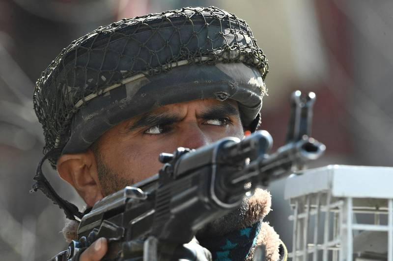 A paramilitary trooper stands guard near the site of a shootout in Srinagar on February 19, 2021 after unidentified gunmen killed two police personnel.  / AFP / Tauseef Mustafa
