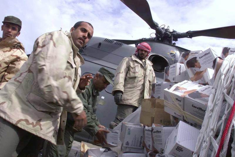 United Arab Emirates Air Force personnel load neck braces into a helicopter for a flight up to the Kosovar refugee camps in northern Albania  25 April, 1999. The hundreds of thousands of refugees are affected by injuries, difficult living conditions and unsanitary camps. (ELECTRONIC IMAGE) (Photo by MIKE NELSON / AFP)