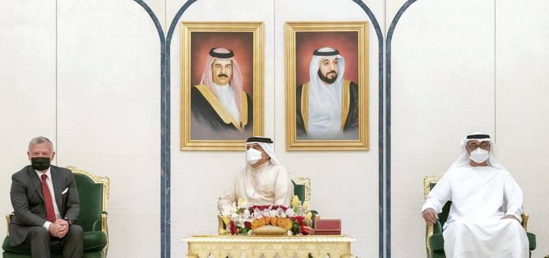GHANTOOT, ABU DHABI, UNITED ARAB EMIRATES - November 18, 2020: HH Sheikh Mohamed bin Zayed Al Nahyan, Crown Prince of Abu Dhabi and Deputy Supreme Commander of the UAE Armed Forces (R), HM King Hamad bin Isa Al Khalifa King of Bahrain (C) and HM King Abdullah II, King of Jordan (L), attend a tripartite summit between the UAE, Bahrain and Jordan.   ( Rashed Al Mansoori / Ministry of Presidential Affairs ) ---