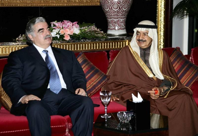 Lebanese former PM Rafiq Hariri (L) meets with Bahraini Prime Minister Sheikh Khalifa bin Salman al-Khalifa in Manama, 04 February 2005. AFP PHOTO/AYMAN TRAWI/HO (Photo by AYMAN TRAWI / HO / AFP)