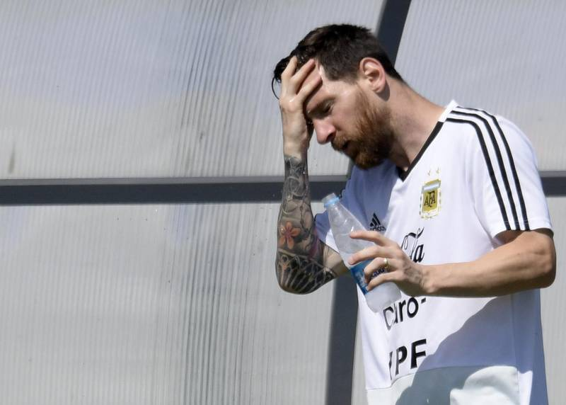 Argentina's forward Lionel Messi refreshes himself during a training session at the team's base camp in Bronnitsy, near Moscow, on June 28, 2018, ahead of their Russia 2018 World Cup round of 16 football match against France to be held in Kazan on June 30. / AFP / JUAN MABROMATA