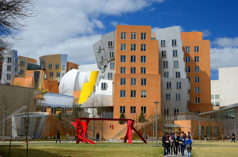 CN8K8W Students below the Stata Center on the campus of the Massachusetts Institute of Technology in Cambridge, Massachusetts.