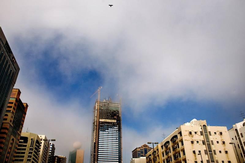 December 31, 2008 / Abu Dhabi / Morning fog burns off during the early afternoon atmosphere near Electra Street in Abu Dhabi, Wednesday, December 31, 2008. (Rich-Joseph Facun / The National) *** Local Caption ***  rjf-1231-fog001.jpgna01 jan fog.jpg
