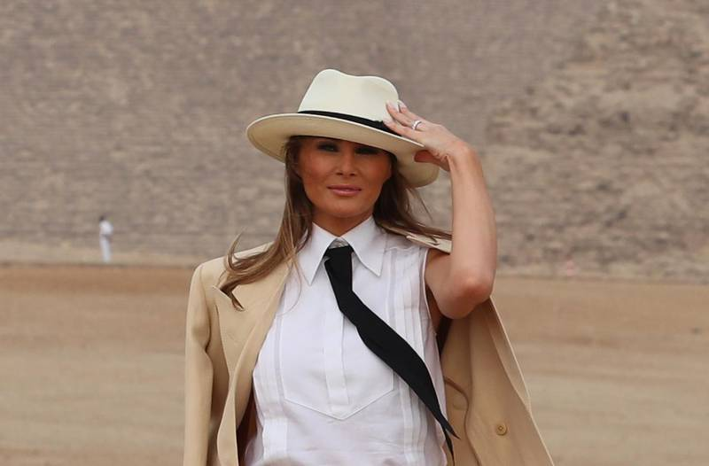 epa07073916 US First Lady Melania Trump visits Giza Pyramids in Giza, Egypt, 06 October 2018. This is the first major solo international trip to Africa for the US First Lady, where she is promoting child welfare and education during her visit to Ghana, Malawi, Kenya and Egypt.  EPA/KHALED ELFIQI