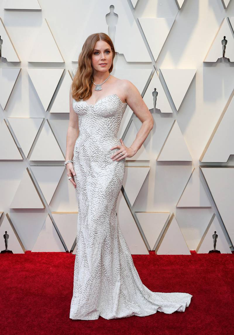 epa07394781 Amy Adams arrives for the 91st annual Academy Awards ceremony at the Dolby Theatre in Hollywood, California, USA, 24 February 2019. White and silver dress by Atelier Versace, jewelry, with 1935 diamond brooch on a necklace, by Cartier. The Oscars are presented for outstanding individual or collective efforts in 24 categories in filmmaking.  EPA-EFE/ETIENNE LAURENT