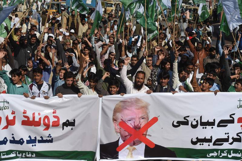 """Activists of the Difa-e-Pakistan Council shout anti-US slogans at a protest in Karachi on January 2, 2018.  Pakistan has summoned the US ambassador, an embassy spokesman said January 2, in a rare public rebuke after Donald Trump lashed out at Islamabad with threats to cut aid over """"lies"""" about militancy. / AFP PHOTO / ASIF HASSAN"""
