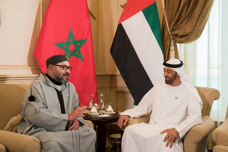 ABU DHABI, UNITED ARAB EMIRATES - September 10, 2018: HH Sheikh Mohamed bin Zayed Al Nahyan, Crown Prince of Abu Dhabi and Deputy Supreme Commander of the UAE Armed Forces (R), meets with HM King Mohamed VI of Morocco (L), during a Sea Palace barza.  ( Mohamed Al Hammadi / Crown Prince Court - Abu Dhabi ) ---