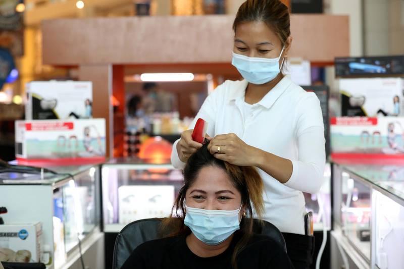 Dubai, United Arab Emirates - N/A. News. Coronavirus/Covid-19. A lady has her hair done at the Waterfront Market in Deira. Thursday, September 10th, 2020. Dubai. Chris Whiteoak / The National
