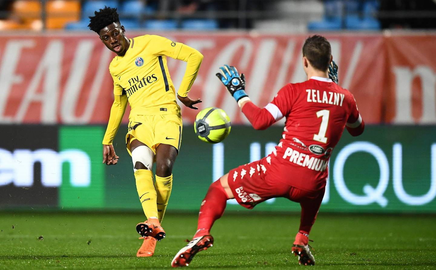 Paris Saint-Germain's US forward Timothy Weah (L) vies with Troyes' French goalkeeper Erwin Zelazny during the French L1 football match between Troyes and Paris Saint-Germain at the Aube Stadium in Troyes on March 3, 2018. / AFP PHOTO / FRANCK FIFE