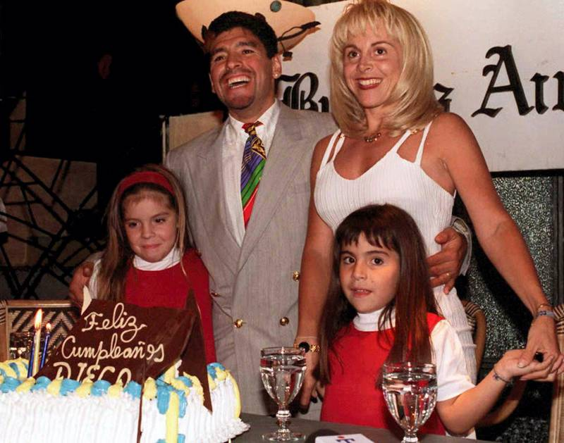 Argentine soccer star Diego Maradona(2ndL) poses with his wife Claudia and his two daughters Giannina(L) and Dalma(R) during a ceremony late 30 October celebrating his 35th birthday in Buenos Aires. AFP PHOTO (Photo by DIARIO POPULAR / AFP)