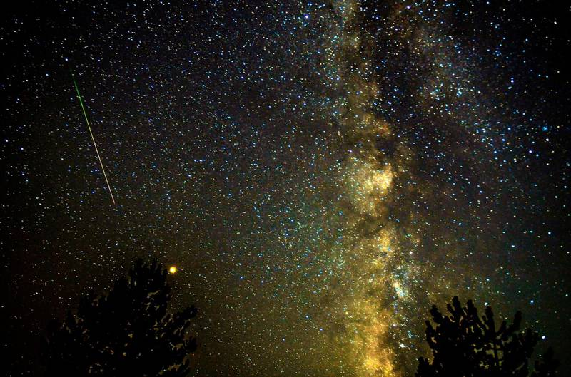 epa06947376 A meteor streaks through the night sky, past planet Mars (C, left), during the Perseid meteor shower over the lake of Kozjak, some 45km from the capitol Skopje, the Former Yugoslav Republic of Macedonia, 13 August 2018.  EPA/GEORGI LICOVSKI