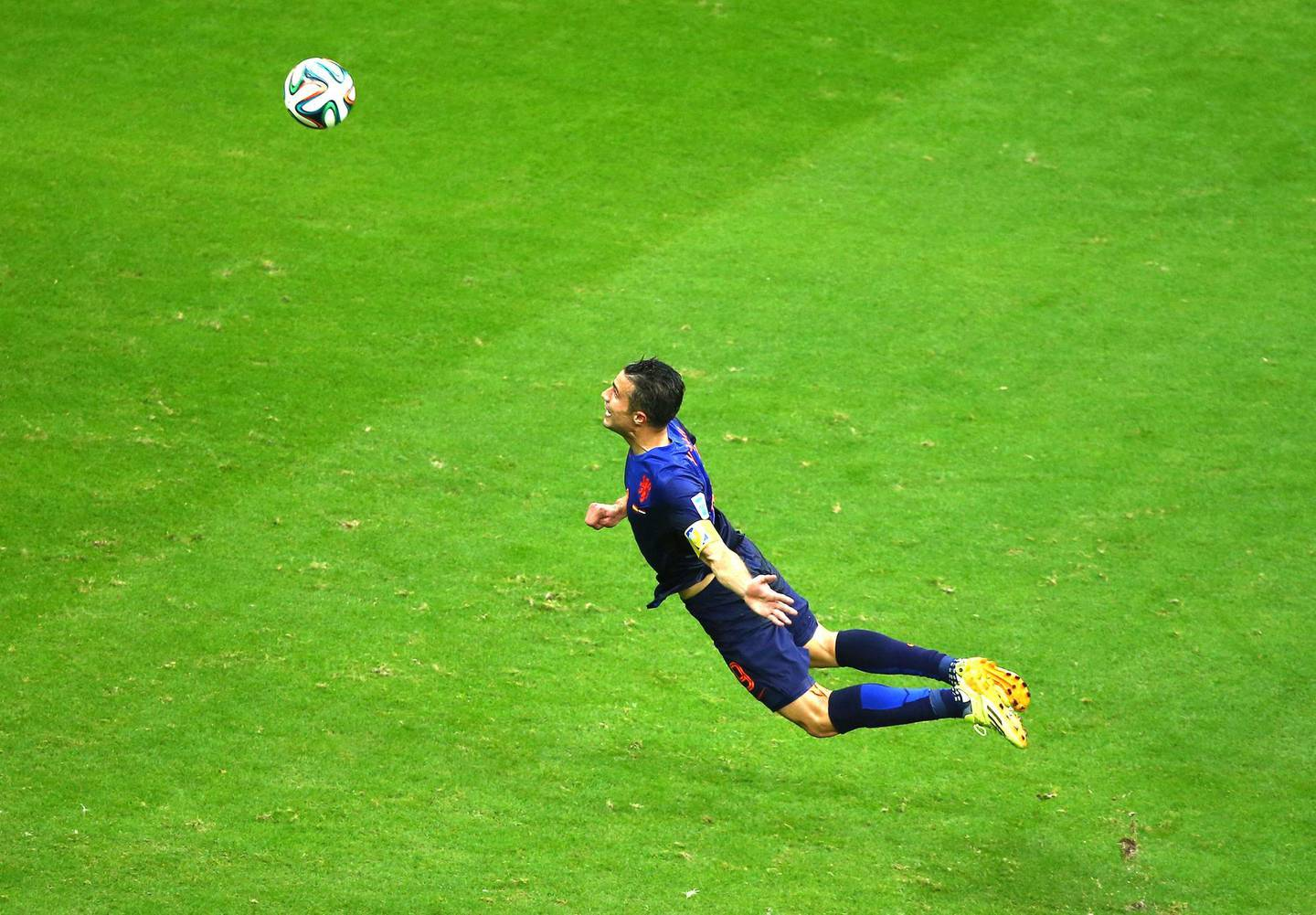 SALVADOR, BRAZIL - JUNE 13:  Robin van Persie of the Netherlands scores the team's first goal with a diving header in the first half during the 2014 FIFA World Cup Brazil Group B match between Spain and Netherlands at Arena Fonte Nova on June 13, 2014 in Salvador, Brazil.  (Photo by Jeff Gross/Getty Images)