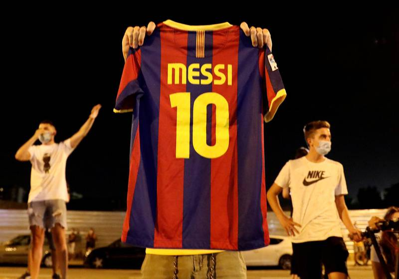 Soccer Football - Camp Nou, Barcelona, Spain - August 25, 2020   A Barcelona fan holds up a Lionel Messi shirt outside the Camp Nou after captain Lionel Messi told Barcelona he wishes to leave the club immediately, a source confirmed on Tuesday   REUTERS/Nacho Doce