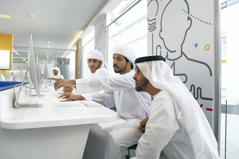 AL AIN, ABU DHABI, UNITED ARAB EMIRATES - February 7, 2019: HH Sheikh Mohamed bin Zayed Al Nahyan, Crown Prince of Abu Dhabi and Deputy Supreme Commander of the UAE Armed Forces (R), speaks with a student in the Innovation Hub while visiting UAE University in Al Ain.  ( Ryan Carter / Ministry of Presidential Affairs ) ---
