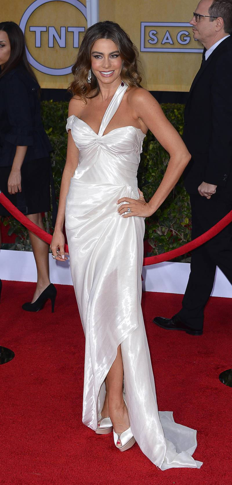 epa03559338 Colombian actress Sofia Vergara arrives for the 19th annual Screen Actors Guild Awards at Shrine Auditorium in Los Angeles, California, USA, 27 January 2013.  EPA/PAUL BUCK