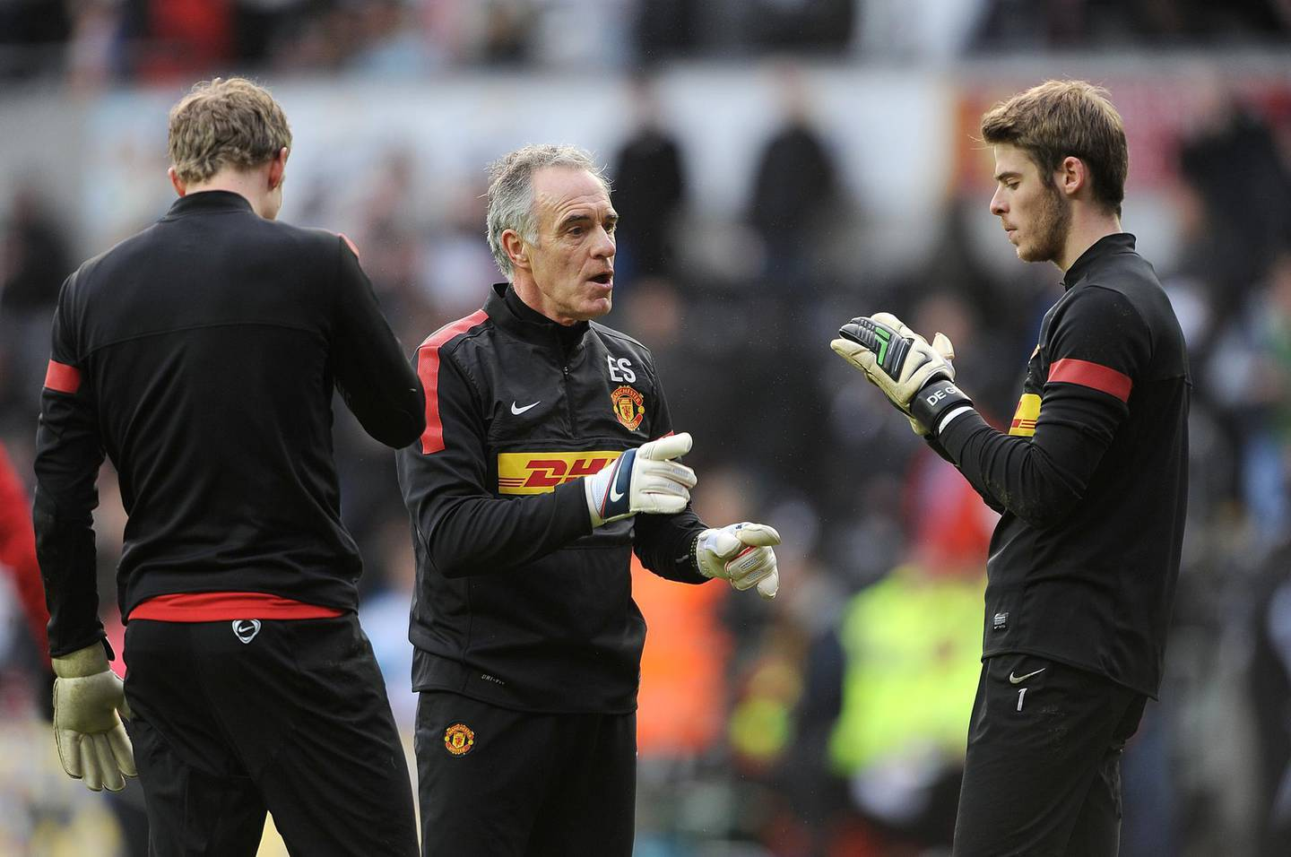 Manchester United goalkeeing coach Eric Steele (centre) speaks with goalkeeper David De Gea (right) during warm-up   (Photo by Nigel French - PA Images via Getty Images)