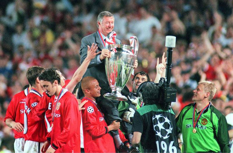 BARCELONA, SPAIN - MAY 26:  CHAMPIONS LEAGUE 98/99 Finale in Barcelona; MANCHESTER UNITED - FC BAYERN MUENCHEN 2:1; TRAINER Alex FERGUSON mit Pokal und TEAM MANCHESTER  (Photo by Alexander Hassenstein/Bongarts/Getty Images)