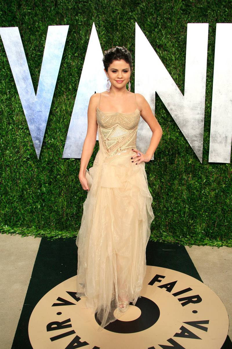epa03600497 US actress Selena Gomez arrives for the Vanity Fair Oscar after-party in Hollywood, California, USA, 24 February 2013. The Oscars are presented for outstanding individual or collective efforts in up to 24 categories in filmmaking.  EPA/NINA PROMMER