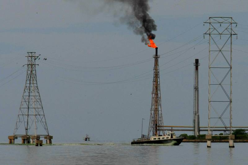 A boat is seen close to oil installations at Lake Maracaibo in Cabimas, Venezuela October 5, 2017. Picture taken October 5, 2017. REUTERS/Isaac Urrutia