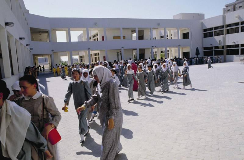 UNITED ARAB EMIRATES - CIRCA 1987:  Secondary school students. United Arab Emirates, in October, 1987. FDM-1802-16.  (Photo by Francoise De Mulder/Roger Viollet/Getty Images)