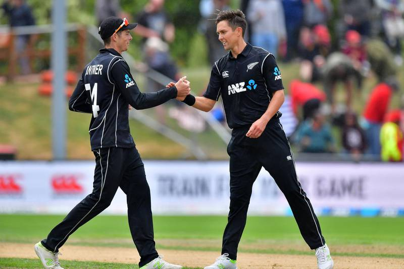 New Zealand's Trent Boult (R) celebrates bowling Pakistan's Rumman Raees ending the Pakistan innings with team mate Mitchell Santner during the third one day international cricket match between New Zealand and Pakistan at University Oval in Dunedin on January 13, 2018. / AFP PHOTO / Marty MELVILLE