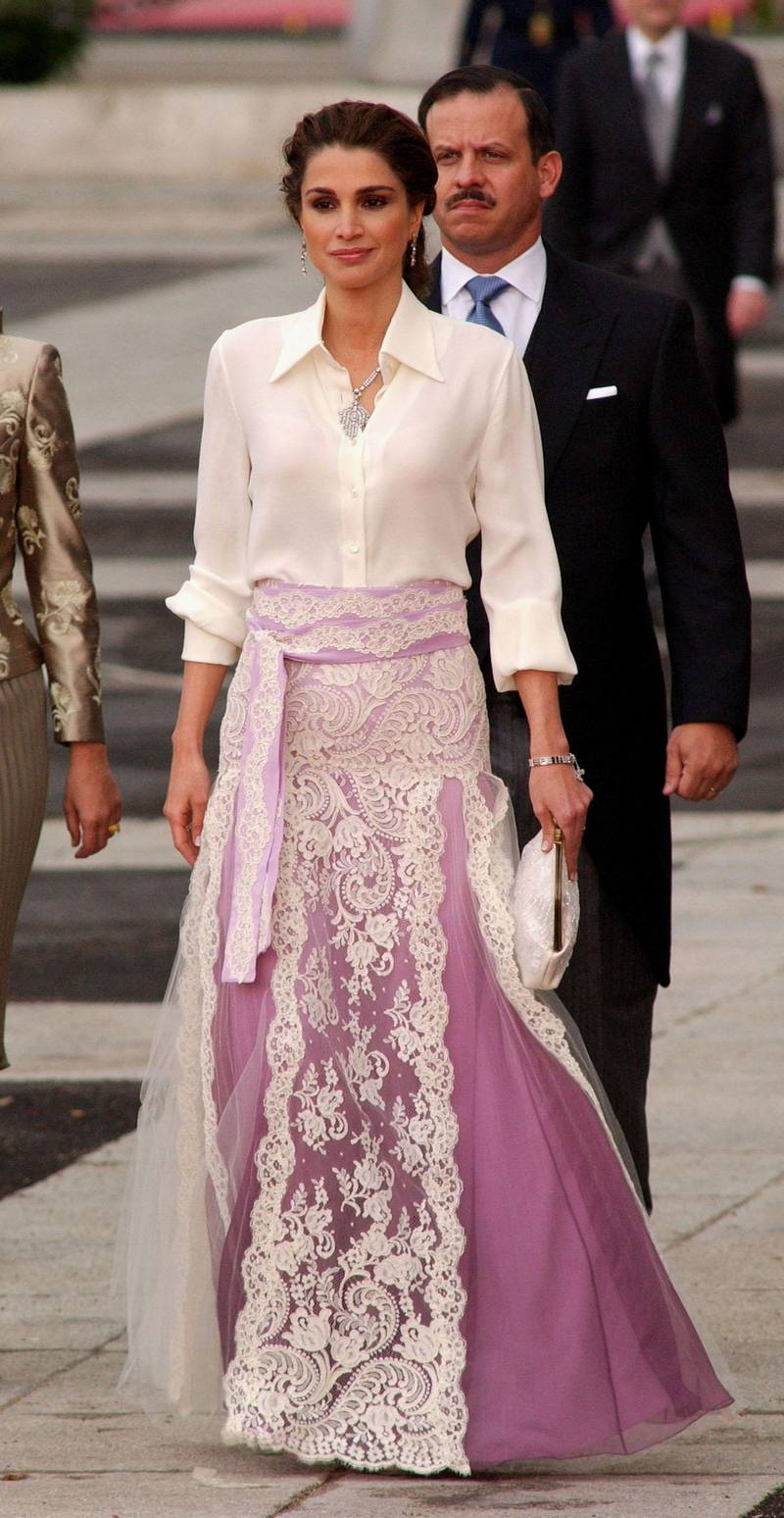 MADRID, SPAIN - MAY 22: Jordan's Queen Rania arrives to attend the wedding between Spanish Crown Prince Felipe de Bourbon and former journalist Letizia Ortiz at the Almudena cathedral May 22, 2004 in Madrid.  (Photo Getty Images)