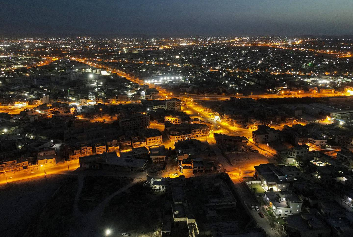 This picture taken on June 10, 2021 shows an aerial night view of Iraq's northern city of Mosul, on the seventh anniversary of the city's fall to Islamic State (IS) group fighters.  / AFP / Zaid AL-OBEIDI