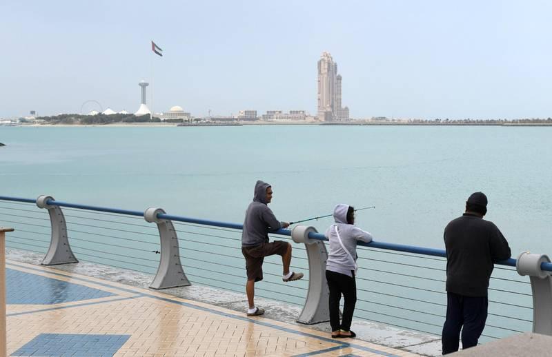 Abu Dhabi, United Arab Emirates - Gloomy weather and slight rain early Friday morning along the Corniche. Khushnum Bhandari for The National