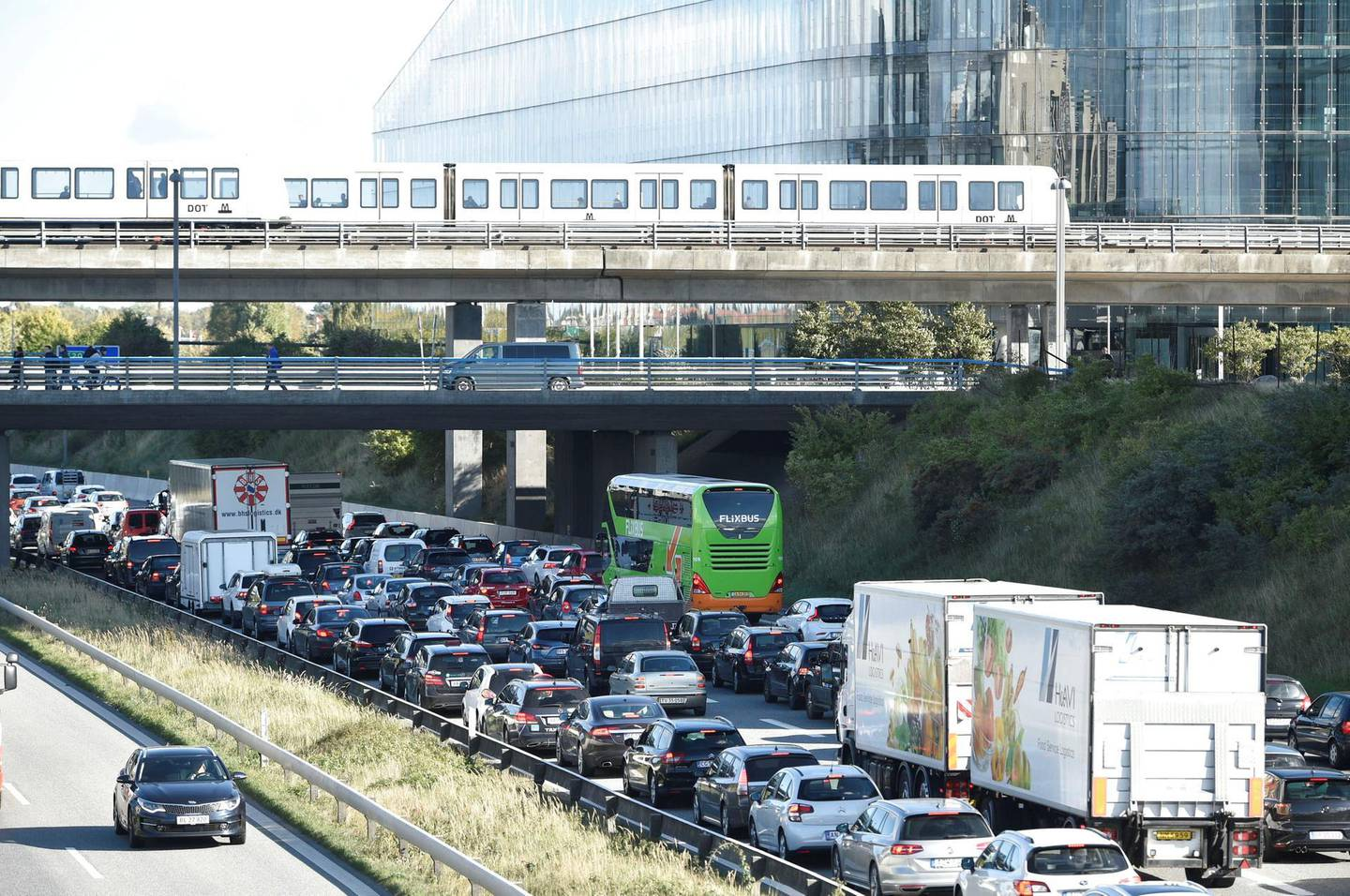 Vehicles sit in traffic after Oresund Bridge, near Copenhagen, is closed due to a police operation in Denmark September 28, 2018. Danish police have shut two major bridges to traffic and halted ferry services from Denmark to Sweden and Germany in a major operation, the Copenhagen police said on Twitter on Friday. Ritzau Scanpix/Nils Meilvang/via REUTERS     ATTENTION EDITORS - THIS IMAGE WAS PROVIDED BY A THIRD PARTY. DENMARK OUT. NO COMMERCIAL OR EDITORIAL SALES IN DENMARK.