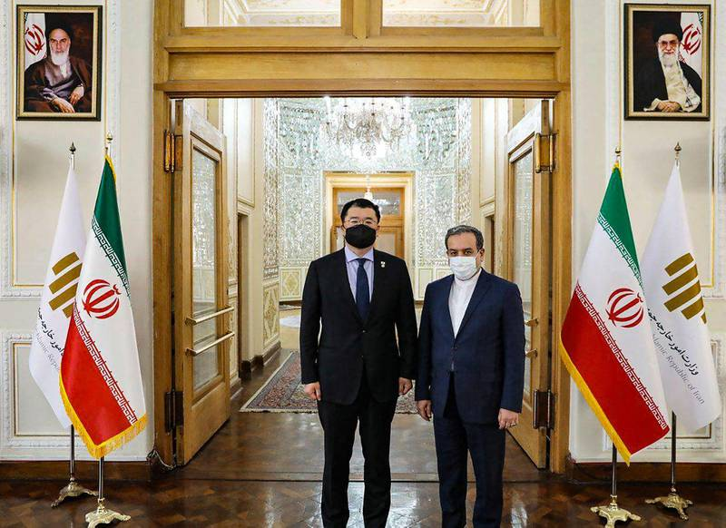 """A handout picture provided by the Iranian foreign ministry on January 10, 2021, shows South Korea's Deputy Foreign Minister Choi Jong-kun (L) meeting with his Iranian counterpart Abbas Araghchi, in the Iranian capital Tehran. - Choi Jong-kun's meeting with Araghchi came after Iran's Revolutionary Guards said in the beginning of this week that they had seized the South Korean-flagged tanker Hankuk Chemi in Gulf waters. (Photo by STRINGER / IRANIAN FOREIN MINISTRY / AFP) / === RESTRICTED TO EDITORIAL USE - MANDATORY CREDIT """"AFP PHOTO / HO / IRANIAN FOREIGN MINISTRY"""" - NO MARKETING NO ADVERTISING CAMPAIGNS - DISTRIBUTED AS A SERVICE TO CLIENTS ==="""