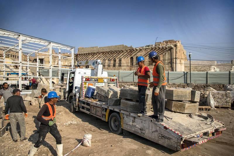 Moving rubble. Moamin Al-Obeidi / UNESCO